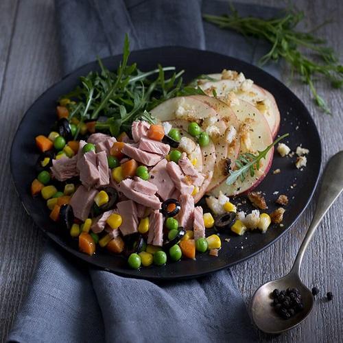 סלט טונה בשילוב ירקות גינה עם רוקט,  תפוחי עץ וקרוטונים